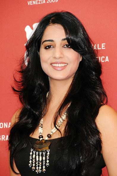Mahie Gill Smiling Wallpapers
