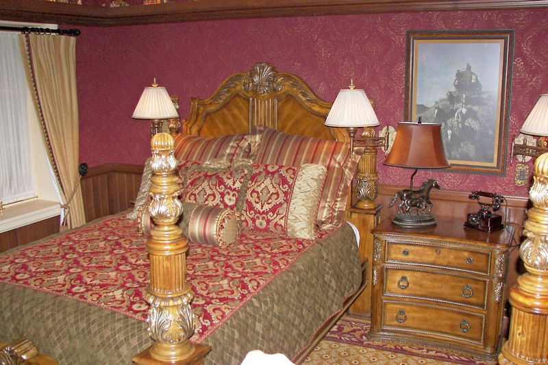 disneyland dream suite 4 second bedroom 1 (2)