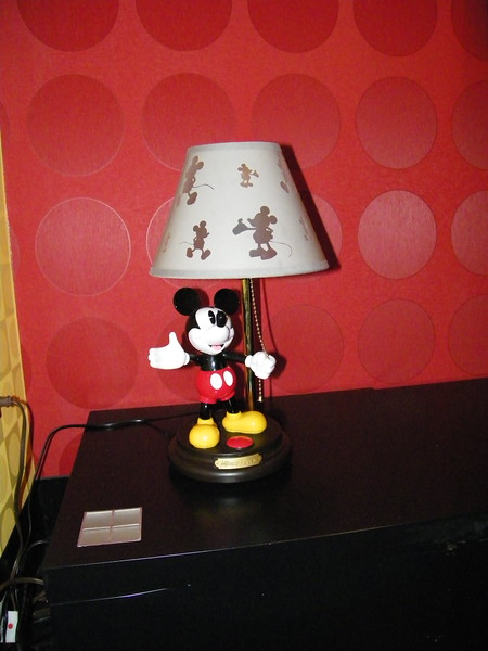 20110602_mickey_mouse_penthouse__disneyland_hotel_5_second_bedroom (11)