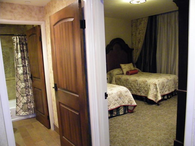 20110602 disneyland hotel pirates of the caribbean suite 3 bedroom 2 (10)