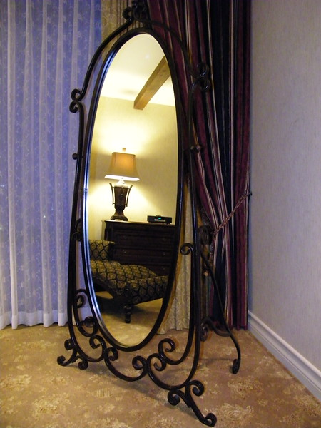20110602 disneyland hotel pirates of the caribbean suite 3 bedroom 1 (4)