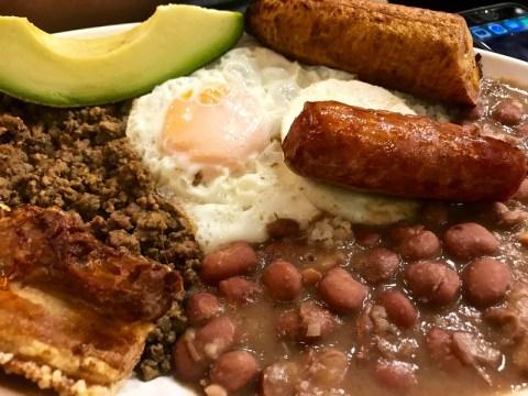 bandeja paisa en salento, colombia