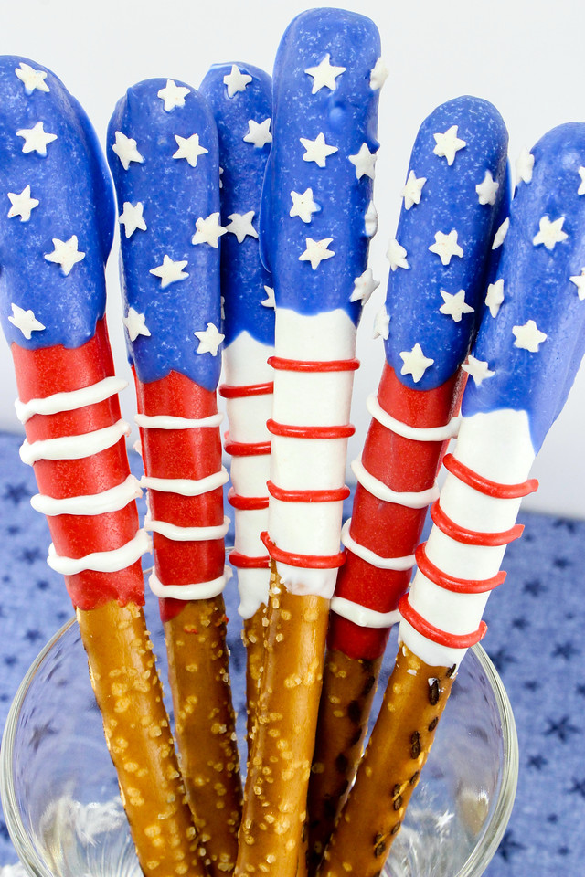 These Patriotic Chocolate Covered Pretzels are perfect for Memorial Day, July 4th or any occasion at all! They're easy to make and a crowd favorite! #recipe