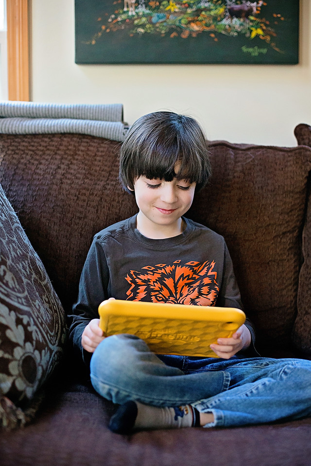 We LOVE our Fire HD 8 Kids Edition Tablet, but know we have to set limits. Here's 5 smart ways to manage screen time for kids! #ad #AmazonKidsandFamily #IC