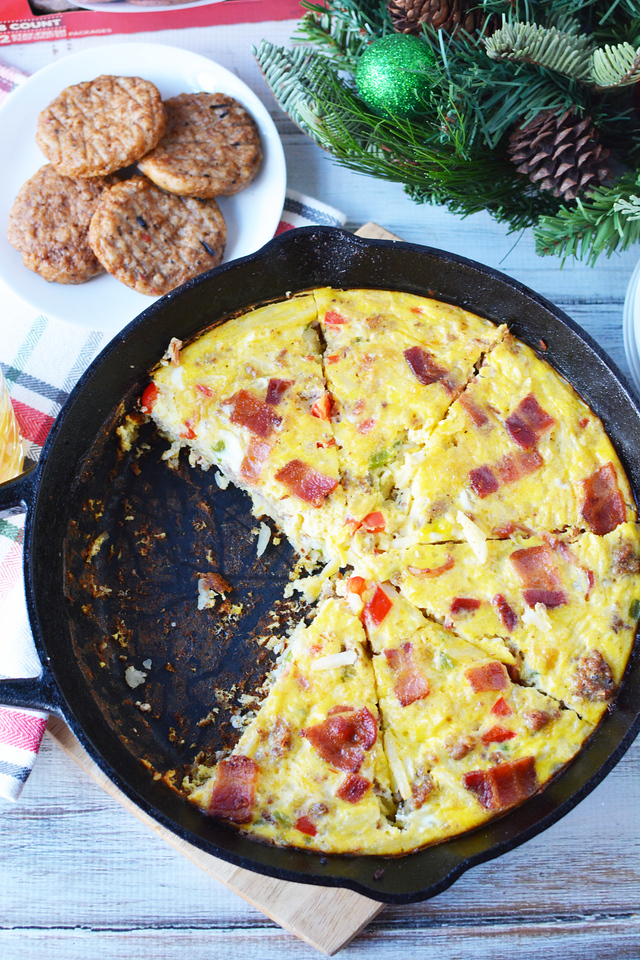 #ad This Breakfast Casserole Skillet is perfect for Christmas morning! It has delicious ingredients from @Jimmydean and @Wrightbacon and will feed your fam!