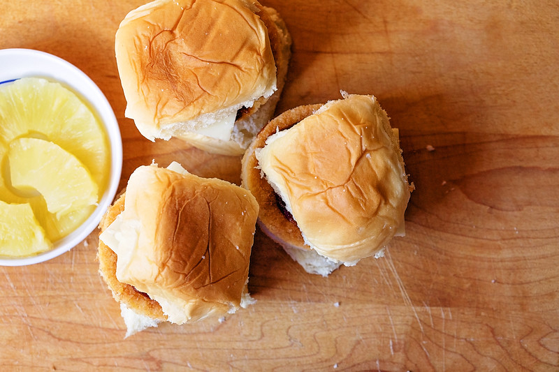 (ad) These yummy Hawaiian Chicken Sliders are perfect for a lunchbox or as part of a perfect fall meal #KingsHawaiian #KingsHawaiianLunch #IC @KingsHawaiian