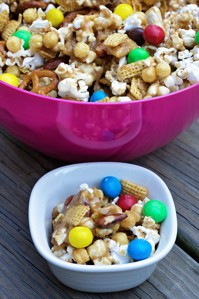 This simple, delicious Sweet & Crunchy Caramel Popcorn Mix will rock your world! Get my #recipe and don't miss its starring ingredient. #ad #UnsquareCaramel
