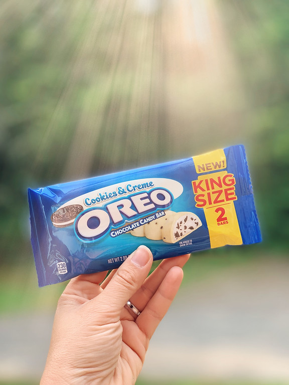 Check out the newest chocolate bar on the block, a contest/giveaway, and why you'll love this bar!  #OREOChocolate #CookiesandCreme #KingSizeRollback #IC #ad