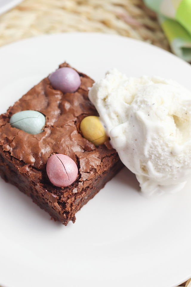 Chocolate Egg Brownies are perfect for your Easter parties, classroom events, and Easter Egg Hunts! #recipe