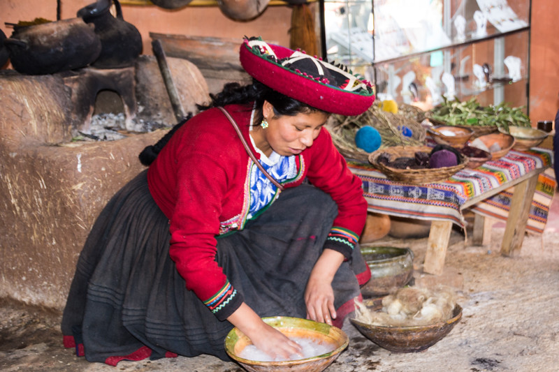 Washing the Raw Alpaca Wool Prior to Dying in Chinchero (©simon@myeclecticimages.com)