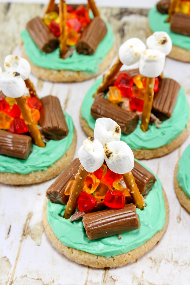 These Campfire Cookies are not only adorable - they are EASY to make. They are perfect for camping, boy/girl scouts or just summer in general. #recipe #DIY
