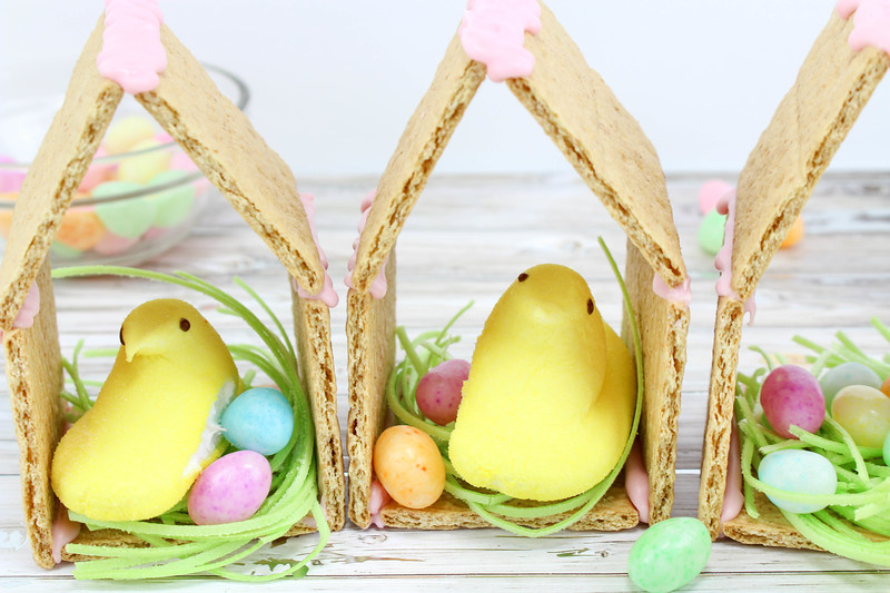 These Peeps N' Egg Houses Easter Treats are pretty much as adorable and as fun as it gets. And they're easy to make! Perfect Easter dessert and for parties!