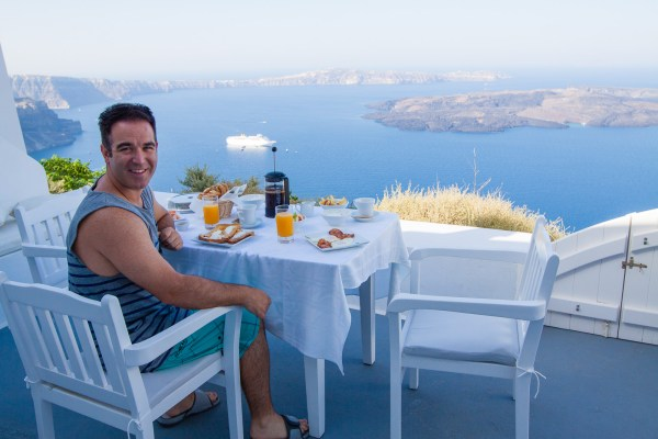 Considerations when choosing lodging in Santorini, Greece | www.eatworktravel.com