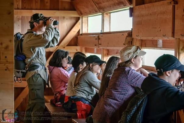 Steve Troletti a la cache du centre Pro Natura avec les élèves du CEP