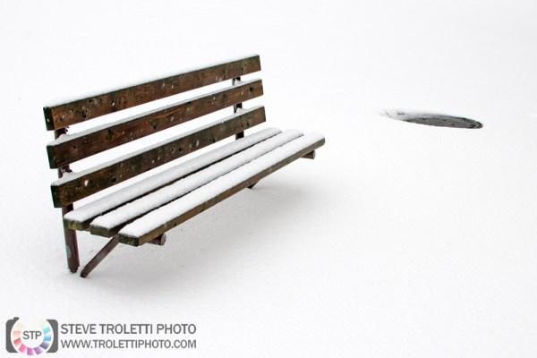 Steve Troletti Photo - Tempus Aura: City Streets / Rue de la Ville &emdash; Bench in Snow with Manhole / Banc de parc dans la neige et égout