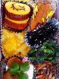 right-handed:datemaki,kazunoko(herring roe),kuromame(beans),soaute de spinach,yasaiitame,kouhaku kamaboko(boiled fish paste),kuwai(arrowhead bulb),mituba(honewort),kurikinton