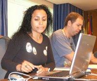 Tania Costa preparando su material para comenzar a hablarnos de la prensa gratuita