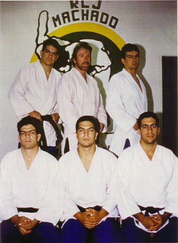 https://i1.wp.com/photos1.blogger.com/blogger/4190/3311/1600/machado-brothers_chuck-norris.jpg?w=1060