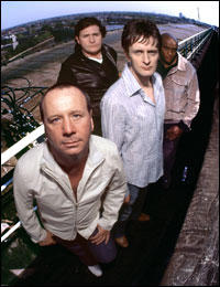 Jim Kerr, vocales; Eddie Duffy, bajo (nueva incorporación); Charlie Burchill, guitarra; y Mel Gaynor, 'the best drummer in the world'.