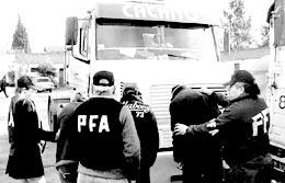DETENIDOS. El operativo fue en junio en Villa Soldati. La polic�a apresó a una banda que vend�a las mercader�as y desguazaba los camiones. (Polic�a Federal)