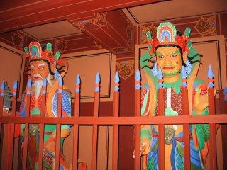 деревянные воины охраняют буддистский храм