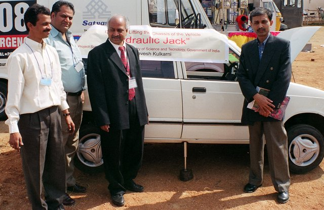 Devesh's Car Jack in operation at the Indian Science Congress 2006