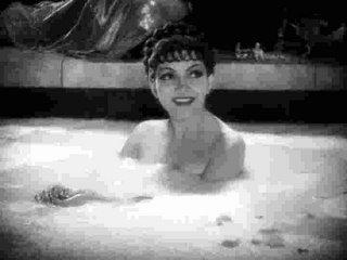 Claudette Colbert se toma un baño de leche en El signo de la cruz