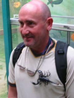 Επισκέπτης σε πάρκο έχει ένα σκορπιό πάνω στην μπλούζα του