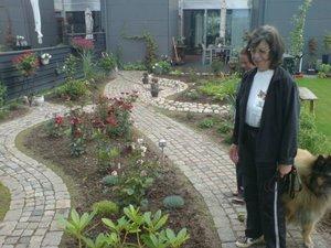 Mor i sin trädgård