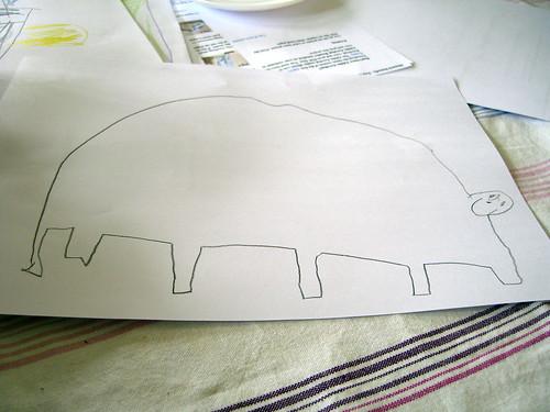 Een grote dinosaurus met vijf poten en een staart