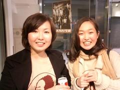 Deux jeunes femmes à la sortie du concert