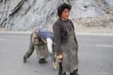 Pélerins sur la route de Lhassa- Tibet