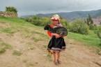Fillette avec un petit lama -Cusco - Pérou
