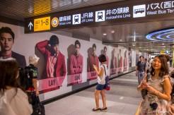 Jeunes filles photographiant le garçon idéal dans le métro. Tokyo - Japon.