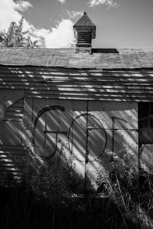 """Zerfallene Kirche auf diese das Wort ,,God"""" gesprüht wurde in Detroit, USA. September 2015 // Graffiti ,,God"""" on the wall of a church, which has fallen into disrepair in Detroit, USA. September 2015"""