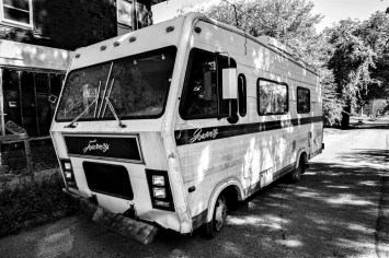 "Altes unbenütztes Wohnmobil ,, Journey"" steht vor einem verlassenen Haus. Das Wohnmobil gleicht jenem, das in der Erfolgsserie ,,Breaking Bad"" als Drogenlabor diente. Detroit, USA September 2015 // Old Camping Van ,,Journey"" which was not used for a long period of time is parking in front of a left and destroyed building in Detroit. The RV is similar to that vehicle which was used for drug production in the very successful series ,,Breaking Bad"". Detroit, USA. September 2015"