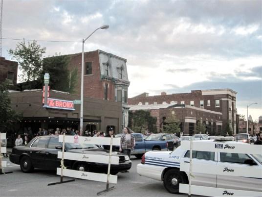 """Polizei sperrt aufgrund eines Festes die Straßen eines Stadtteils auf Höhe der Bar ,,The Bronx"""" in Detroit, USA. September 2015 // Police street barrier due to a feast on the level of the bar ,,The Bronx"""" in Detroit, USA. September 2015"""