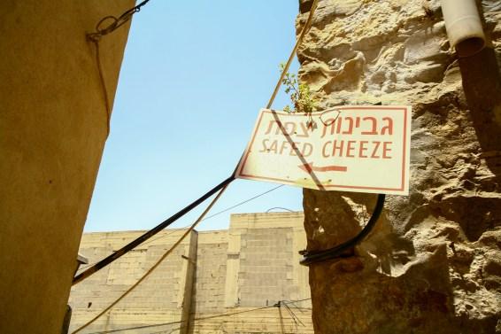 Wegweiser zu einer Käserei in Safed, Israel. Juli 2017 // Signpost leading to a cheese dairy in Safed, Israel. July 2017