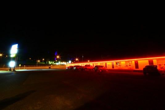 Typisches Motel wird rot beleuchtet in Kanada, Ontario. August 2015 // Typical motel in a red light in Canada, Ontario. Augiust 2015