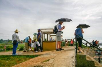 Touristen aus dem Westen schützen sich mit Sonnenschirmen vor den Sonnenstrahlen in der Nähe von Havanna, Kuba. November 2015 // Western tourists protect themselfes with umbrellas from the sunlight close to Havanna, Cuba. November 2015