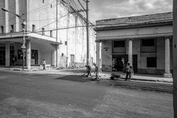 Arbeiter sanieren eine Straße in Havanna, Kuba. November 2015 // Labourer do some repair work at in the streets of Havanna, Cuba. November 2015