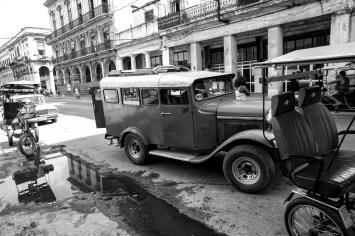 Altes, historisches Fahrzeug sowie Fahrradrikschas werden als Taxi eingesetzt in Kuba, Havanna. November 2015 // Old classic, historical vehicle and bycicle rickshaw are used as taxi in Havanna, Cuba. November 2015