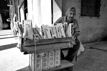 Zeitungsverkäufer in Havanna, Kuba. November 2015 // Local man selling newspaper in Havanna, Cuba. November 2015