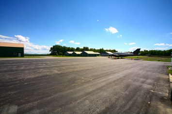 Landepiste des La Fleur Flugplatzes in Waterville, Maine, USA. Juli 2015 // Landing strip of LaFleur Airport in Waterville, Maine, USA. July 2015