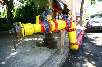 Buntes Wasserrohr in Boston, USA. August 2015 // Colorful water pipe in Boston, Maine, USA. August 2015