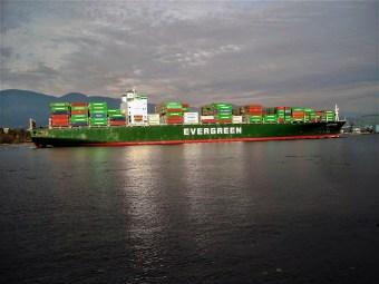 Großes Containerschiff der Reederei Evergreen läuft in den Hafen von Vancouver ein. Vancouver, Kanada. Oktober 2015 // Huge container ship of the company Evergreen enters the harbour of Vancouver, Canada. October 2015.