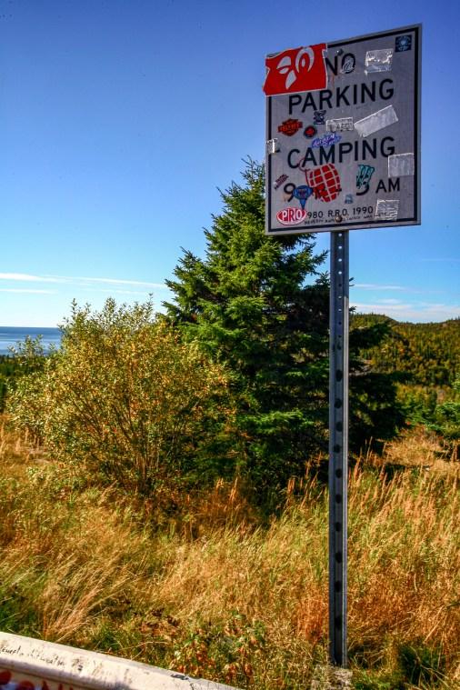 """Verbotsschild ,, No parking, no camping"""" entlang des Trans Canada Highways in Kanada. Oktober 2015 // Warning sign ,,no parking, no camping"""" along the Trans Canada Highway. Canada. October 2015"""