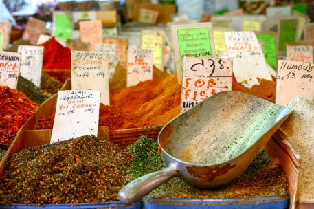 Auf einem Marktstand werden frische, farbenfrohe Gewürze aller Art angeboten. Tel Aviv, Israel. Juli 2017 // Market stall in a bazaar is offering fresh spices in Tel Aviv, Israel. July 2017