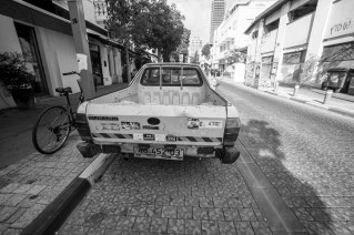 Alter, stark gebrauchter Subaru Pick Up Transporter in den Straßen von Tel Aviv, Israel. Juli 2017 // Old and heavy used Subaru Pick up in the streets of Tel Aviv, Israel. July 2017