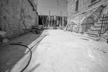 In den Straßen von Hebron werden mit Beton gefüllten Metallfässer / Ölfässer zufahrten abgesperrt. Hebron in Israel/Palästina. Juli 2017 // With concrete filled barrels are used as barricade in the streets of Hebron, Israel/Palestine. July 2017